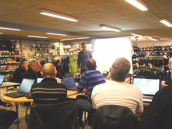 Tourstart gründer Jan Agnoletti Pedersen lehren Motorradfahrer gps in einem Motorrad-Geschäft