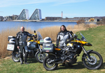 motorcyklister-start-ironbutt-in-danmark-on-two-yellow-bmw-motorcycles
