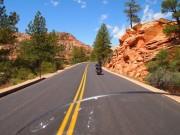 Harley Davidson på landevej i Bryce Canyon