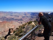Motorcyklist nyder udsigt over Grand Canyon